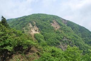 H230604 1045 銚子岳を望む