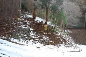 H240115 1209 雪の積もった舗装道路に出て向かい側に登山口