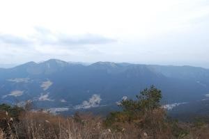 H240115 1322 倶留尊山などを望む 昼ごはん後出発し直後