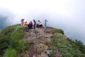 H240811 1117 山頂は団体さん占拠