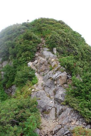 H240811 1135 高度感のある岩場を下る