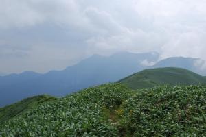 H240811 1250 谷川岳がかすむ
