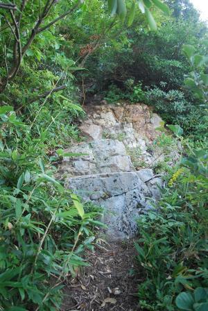 H240908 0738 岩が露出している箇所もあります