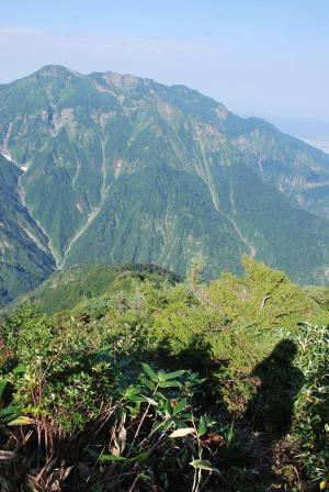 H240908 0823 自分の影も一緒に八海山