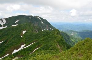 H250623 1218 北岳から見るなだらかな西斜面と対照的な東斜面