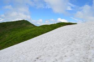 H250623 1326 残雪をトラバース