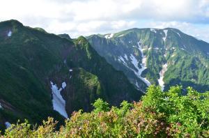 H250623 1559 南岳から浅草岳 良く見ると中先尾根の道が見えるかな