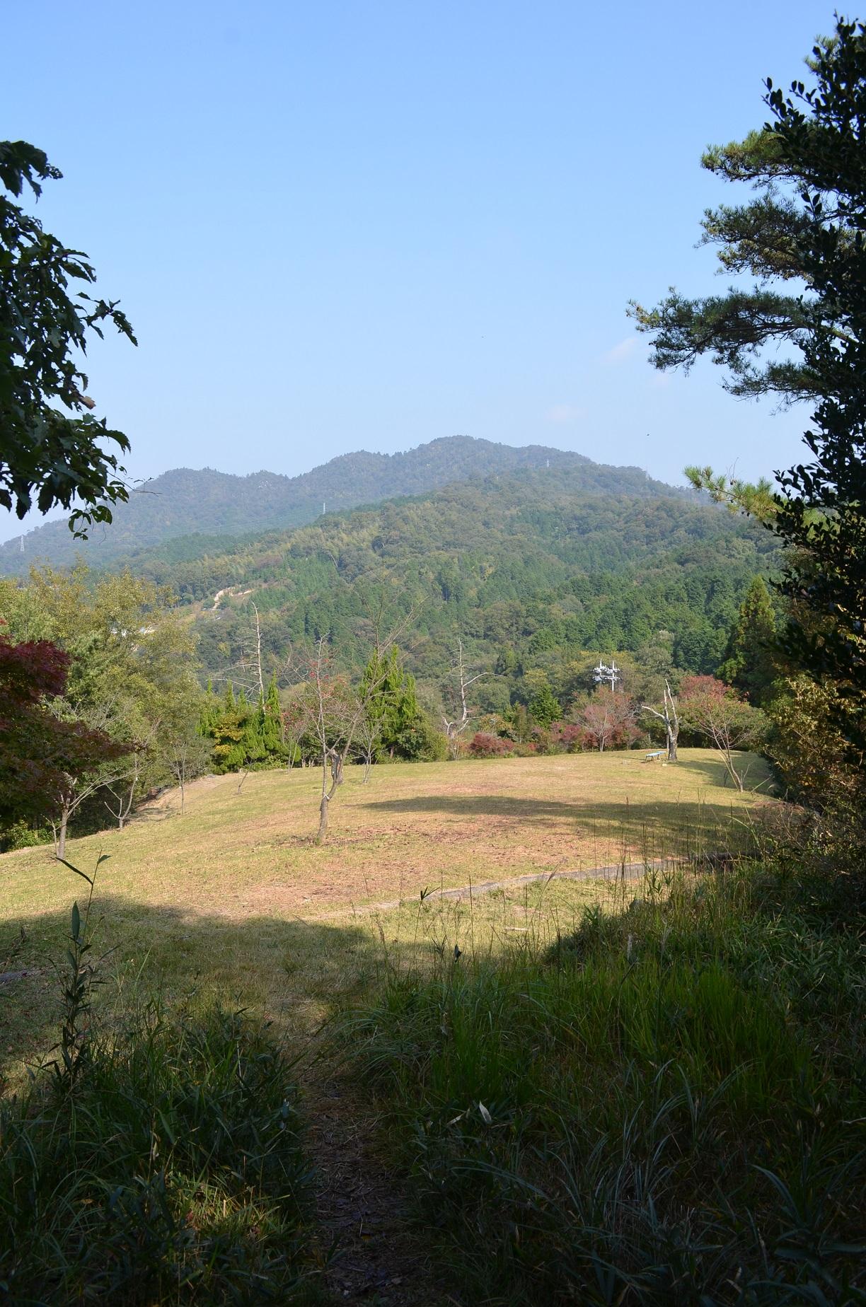 松笠山からの下り蝦蟇ヶ峠直前から二ヶ城山方面を望む